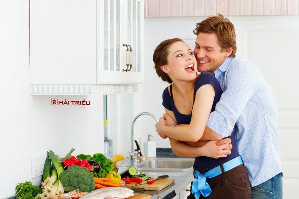 10 món quà tặng vợ ngày 8-3 chấn động trái tim ôm vợ
