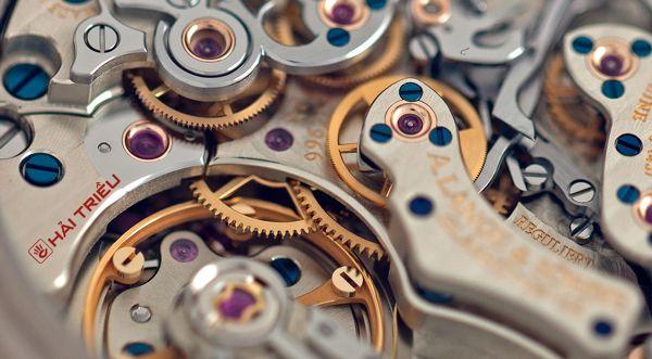 Họ đã làm kim thép xanh của đồng hồ như thế nào ốc