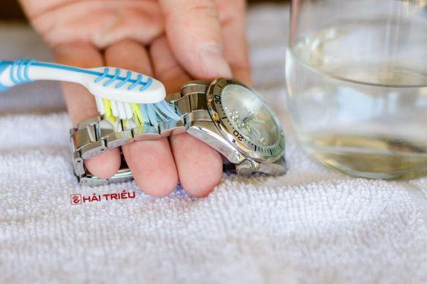 Mẹo Làm Sạch Gỉ Sét Đồng Hồ Cực Nhanh Bàn Chải