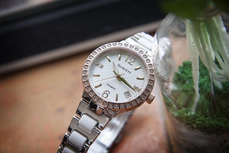 Đồng hồ Swarovski là gì? Ý nghĩa và công dụng trong đồng hồ - Ảnh: Casio SHE-4049SG-7AUDR