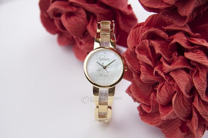 Đồng hồ Citizen EM0432-80Y: Thiết kế với dây đeo lạ mắt - Ảnh 1