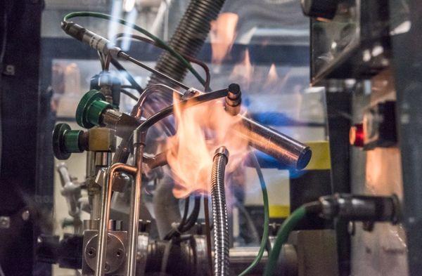 Ống Tritium Phát Sáng Trên Đồng Hồ Đeo Tay Dạ Quang Được MB-MICROTEC Sản Xuất Như Thế Nào Nóng-Lạnh