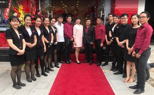 Dàn nhân viên của showroom Đồng Hồ Hải Triều - 64 Đồng Khởi