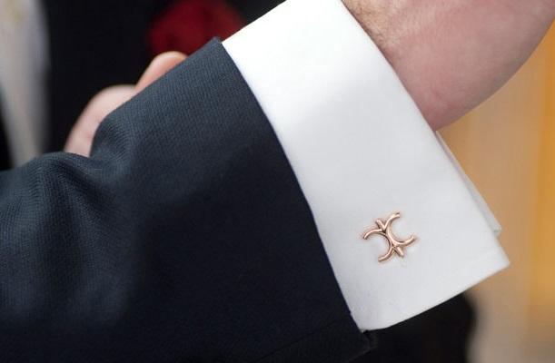 điểm mặt phụ kiện nhỏ phối áo sơ mi trắng công sở nam 2
