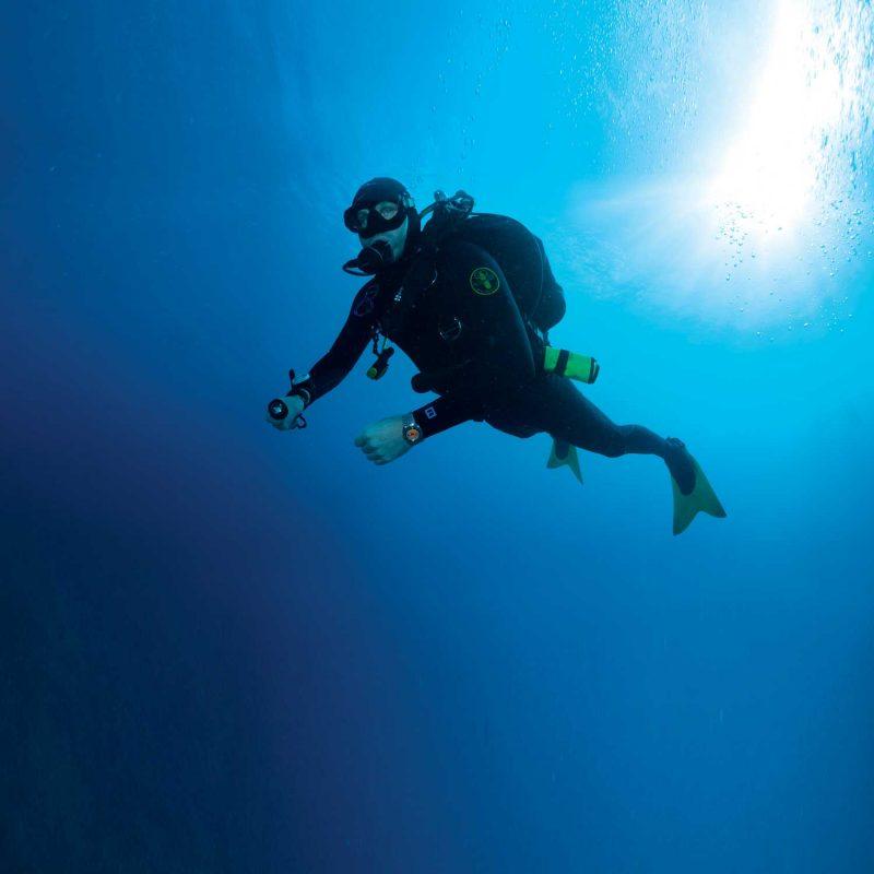 Lịch Sử Vòng Bezel Xoay Trên Đồng Hồ Lặn Và Công Dụng Ban Đầu DOXA 50th Anniversary SUB 300 Professional