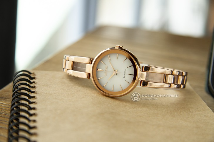 Đồng hồ Citizen EM0639-81A Mạ vàng sang trọng, pin bất tử - Ảnh 2