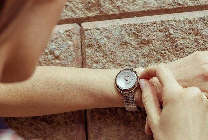 Đồng hồ Citizen EM0640-82D khảm xà cừ, dây lưới sang trọng - Ảnh 4