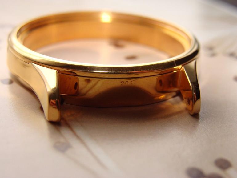 Giải Đáp: Liệu Đồng Hồ Đeo Tay Màu Vàng Có Được Mạ Vàng Thật? Vàng