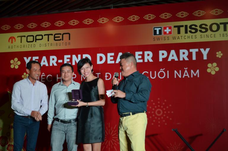 Đại diện Đồng Hồ Hải Triều - Ông Đặng Thanh Hải nhận quà lưu niệm tại tiệc Đại lý Tissot Việt Nam xuất sắc năm 2018