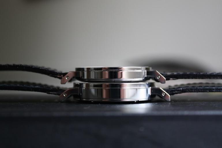 Nomos Tangente 101 mỏng 6.2 mm (trên) và Nomos Tangomat 641 dày 8.2 mm (dưới)