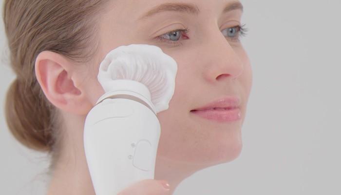 Chăm sóc da mặt bằng máy rửa mặt rất cần thiết cho vợ, vì thế nên tặng vợ món quà này