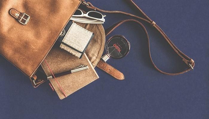 Túi xách, hay bóp ví cũng là phụ kiện để phụ nữ để phái đẹp chứa dựng nhiều thứ