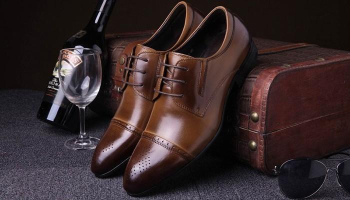 Một đôi giày sẽ là món quà tặng chồng được sử dụng thường xuyên