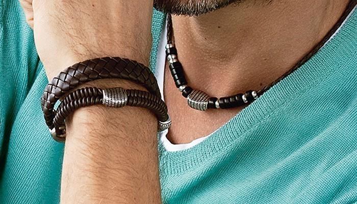 Hiếm hoi, nhưng đàn ông cũng thích đeo trang sức, đặc biệt là các loại vòng tay
