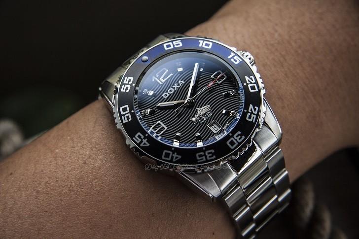 Hàng loạt chi tiết đắt tiền trên đồng hồ Doxa D162SBU (Thụy Sỹ) - Ảnh: 10
