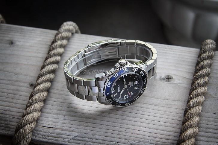 Hàng loạt chi tiết đắt tiền trên đồng hồ Doxa D162SBU (Thụy Sỹ) - Ảnh: 2