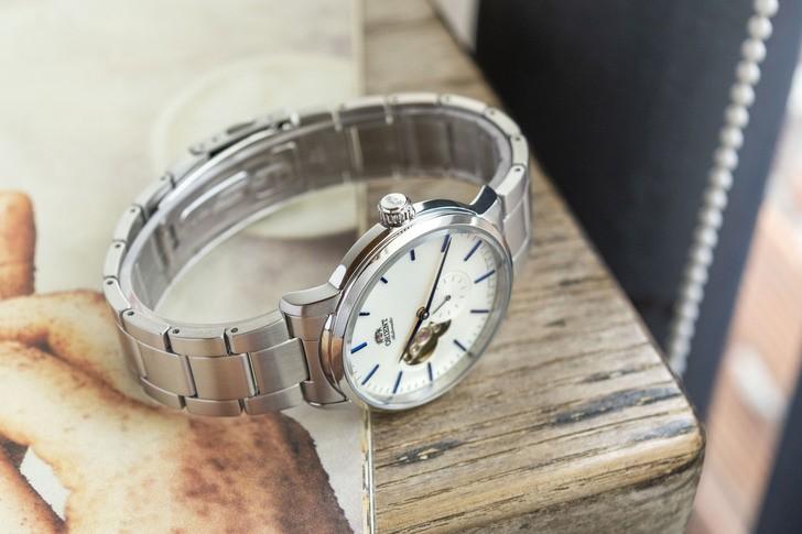 Đồng hồ Orient RA-AR0102S10B: Nam tính và lịch lãm, mặt số lộ cơ - Ảnh 3