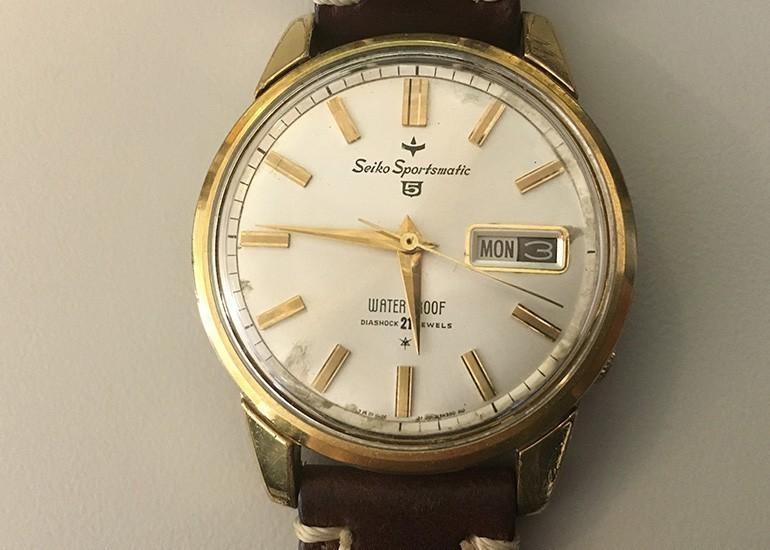 đồng hồ Seiko 5 phiên bản 1963 đã thay thế dây da do dây kim loại bị hư