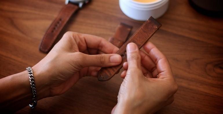 Cách khử mùi và vệ sinh dây da đồng hồ bằng giấm, xà phòng - Ảnh: 1