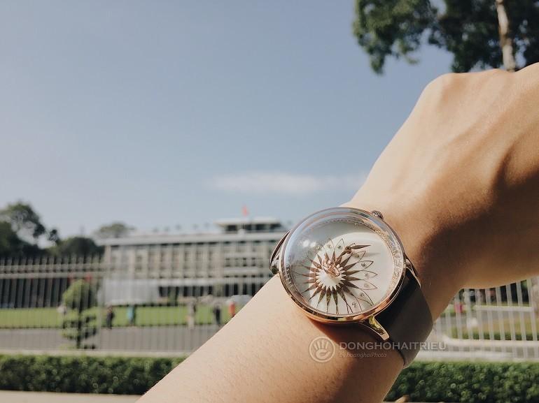 Xu hướng ưa chuộng hiện nay là đồng hồ mặt to, kính cong vòm - Ảnh: 9