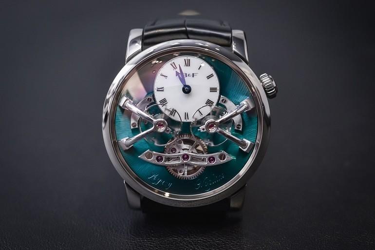 Xu hướng ưa chuộng hiện nay là đồng hồ mặt to, kính cong vòm - Ảnh: 2