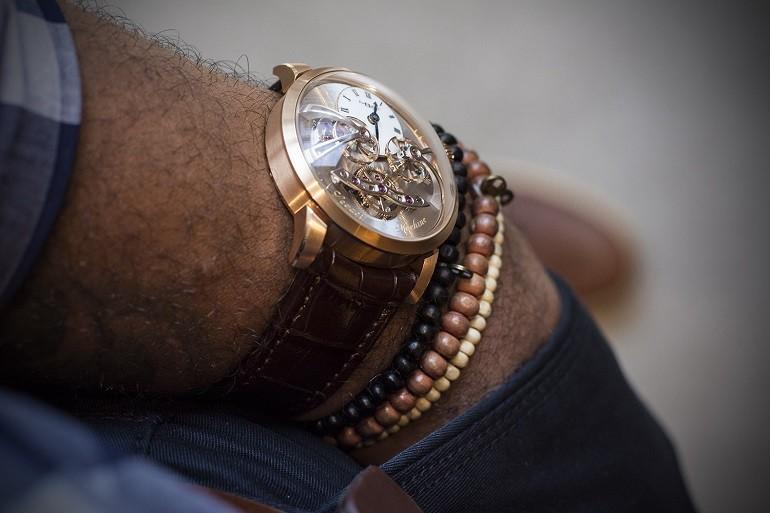 Xu hướng ưa chuộng hiện nay là đồng hồ mặt to, kính cong vòm - Ảnh: 7