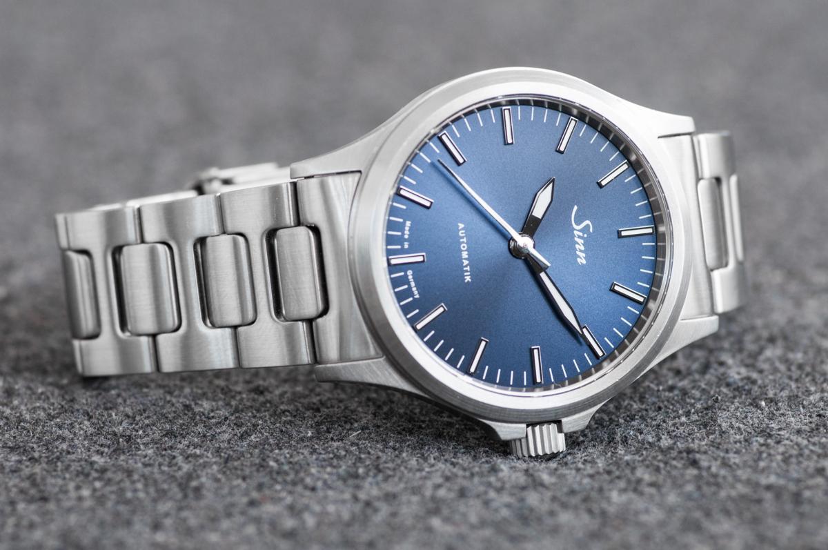 dây đồng hồ kim loại kiểu H-link trên đồng hồ của Sinn