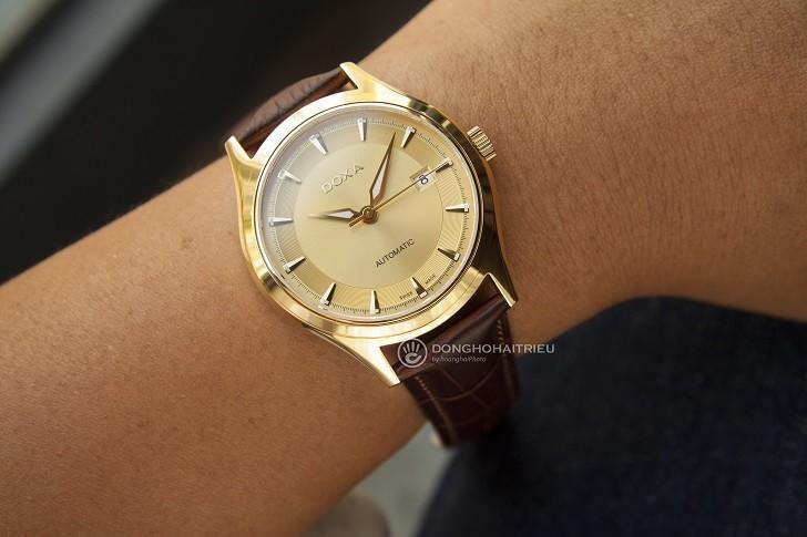 Đồng hồ Doxa 213.30.301.02 với sắc vàng sang trọng từ mặt số - Ảnh: 3