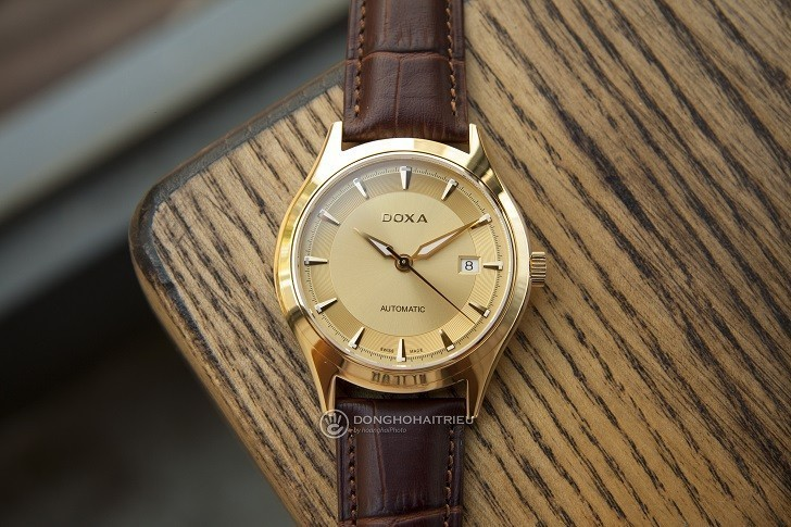 Đồng hồ Doxa 213.30.301.02 với sắc vàng sang trọng từ mặt số - Ảnh: 1