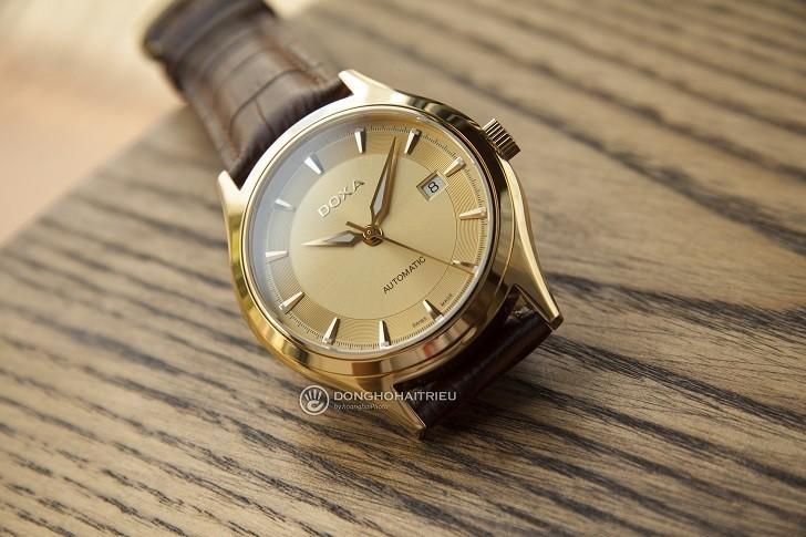 Đồng hồ Doxa 213.30.301.02 với sắc vàng sang trọng từ mặt số - Ảnh: 2