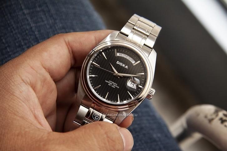 Đồng hồ Doxa D122SBK mạnh mẽ, vận hành bởi máy cơ Thụy Sỹ - Ảnh: 1