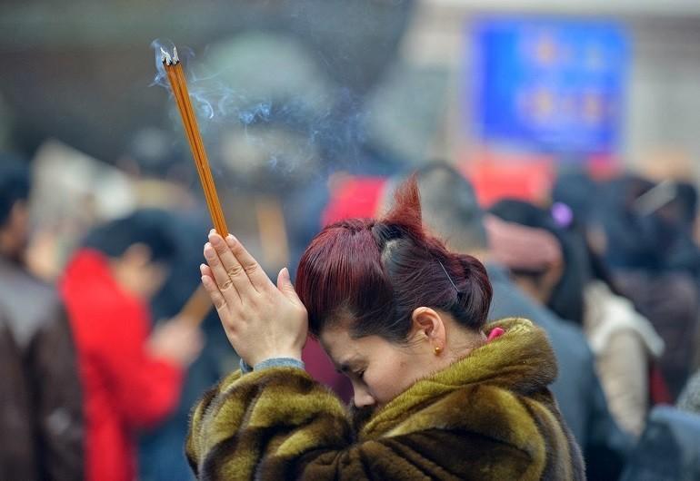 Đốt hương và đọc văn khấn là việc làm rất phổ biến trong ngày lễ cúng khai trương - Ảnh