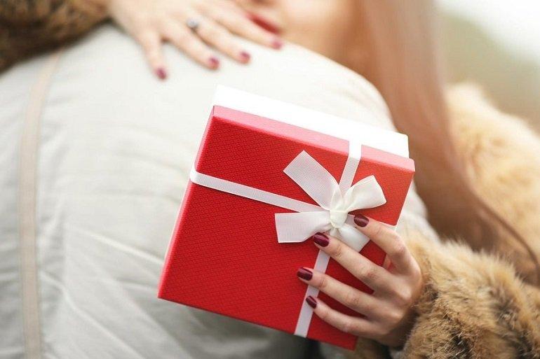 Việc tặng quà Valentine cho người yêu là hành động phổ biến hiện nay - Ảnh: 1