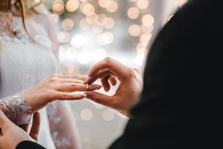 Vợ chồng cần thể hiện tình cảm bằng những món quà Valentine ý nghĩa trong ngày lễ tình nhân - Ảnh: 26