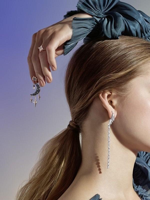 Bông tai hiệu Swarovski là sản phẩm dành cho nữ - Ảnh 1