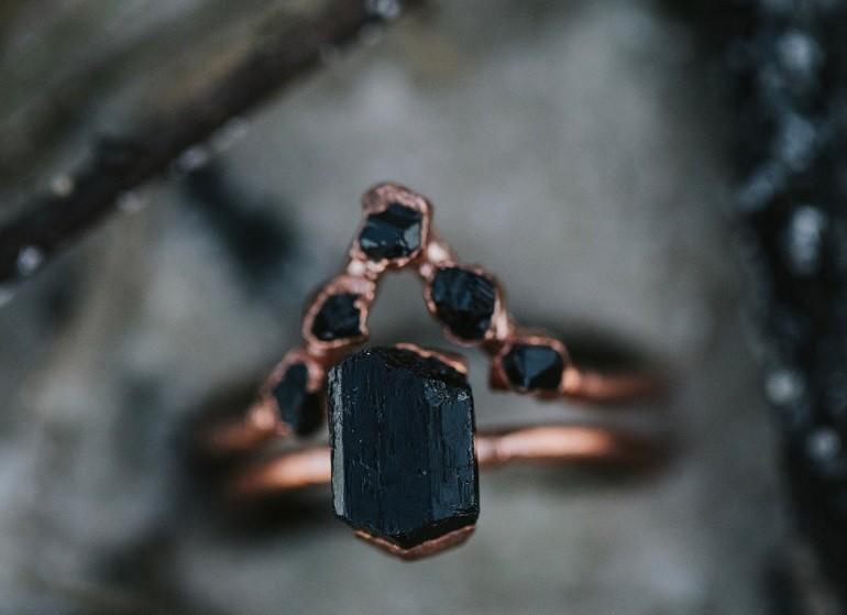Người mệnh Thuỷ cũng có thể chọn cho mình trang sức có màu đen - Ảnh 11