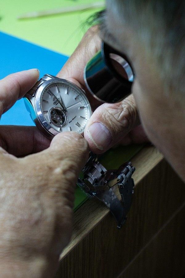 Giá thay kính sapphire cho đồng hồ dạng phẳng - Ảnh 2
