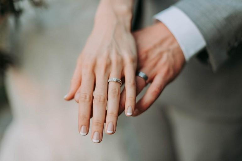 Đeo nhẫn cưới tay nào cho đúng rất quan trọng - Ảnh 1