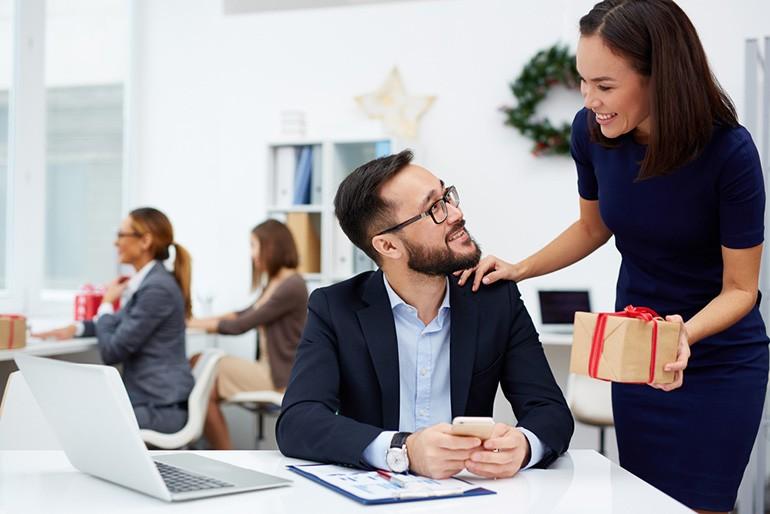 10 món quà tặng nhân viên ý nghĩa, gây bất ngờ nhiều nhất